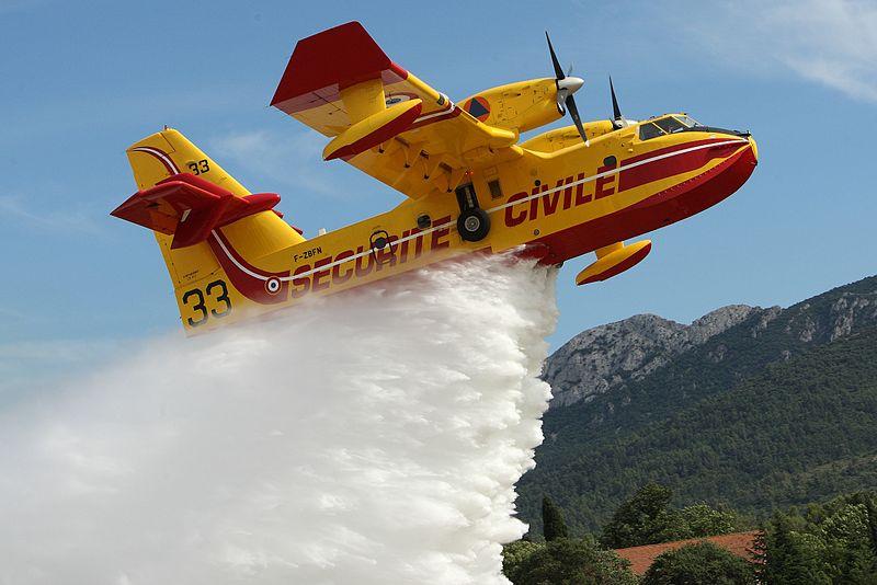 Sciacca brucia, le fiamme minacciano la città: canadair in azione