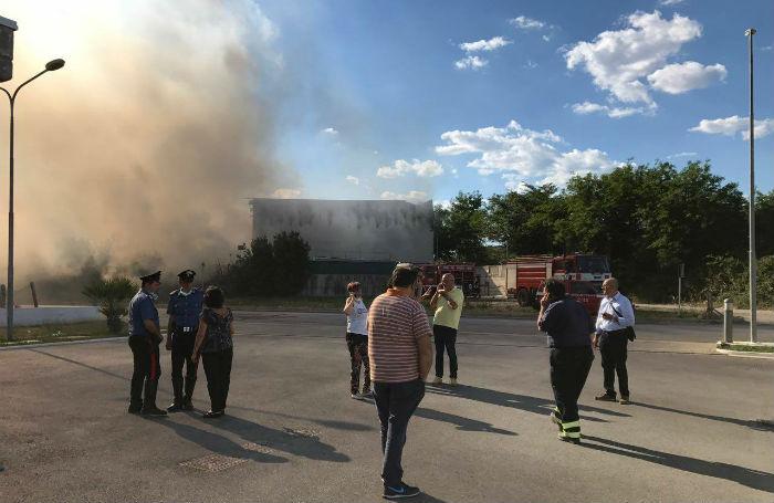 Incendio nella zona industriale, paura nube tossica in Campania