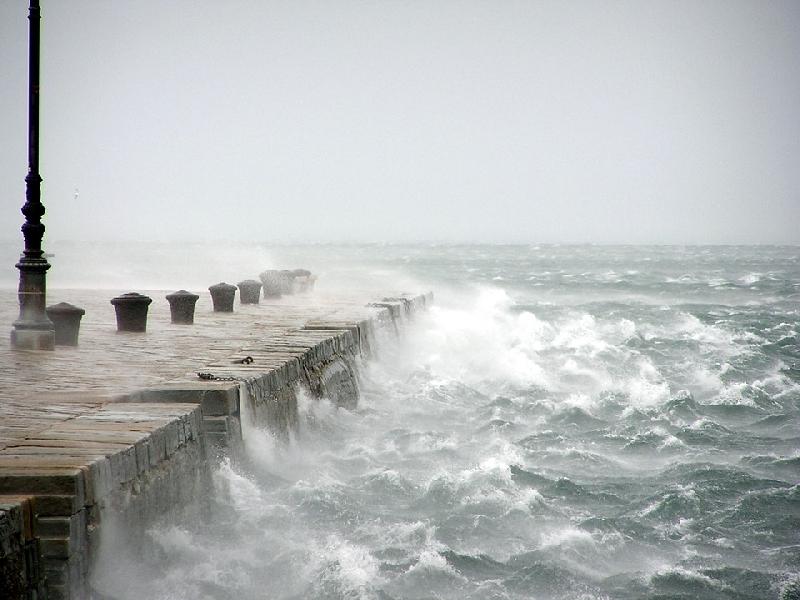 Ancora temporali sul basso tirreno, burrasca e mareggiate in Calabria