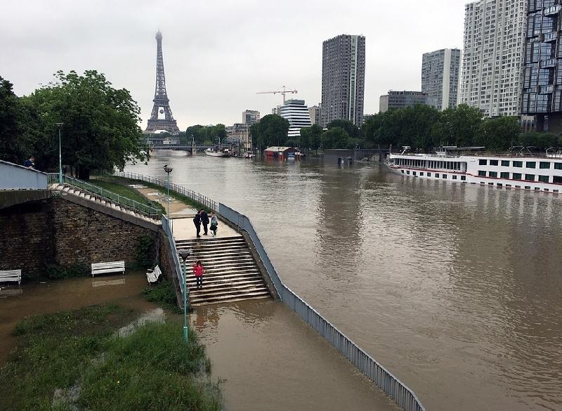 Parigi, violento temporale manda in tilt la città