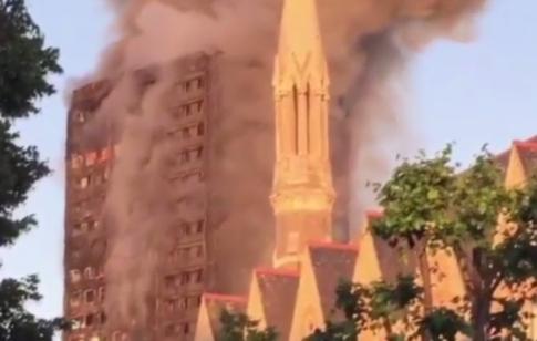 Grattacielo in fiamme a Londra, la pioggia di detriti infuocati