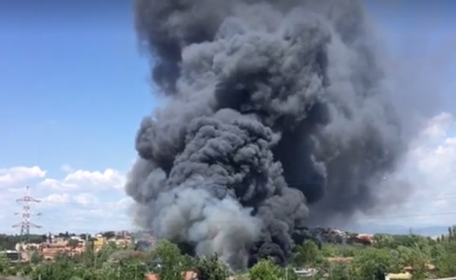 Incendio Roma, fiamme in autodemolitore. Due ustionati
