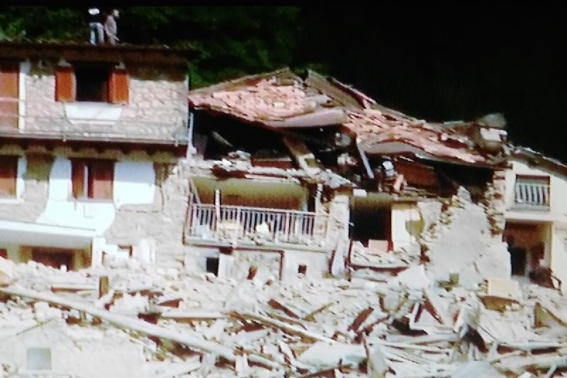 Pescara del Tronto rasa al suolo, si scava tra le macerie