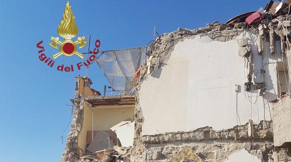 Crolla palazzina a Torre Annunziata, 8 persone coinvolte