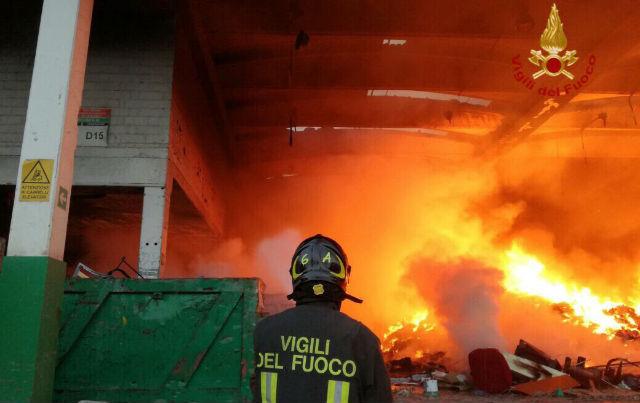 Incendio in impresa rifiuti a Monterotondo (Roma)